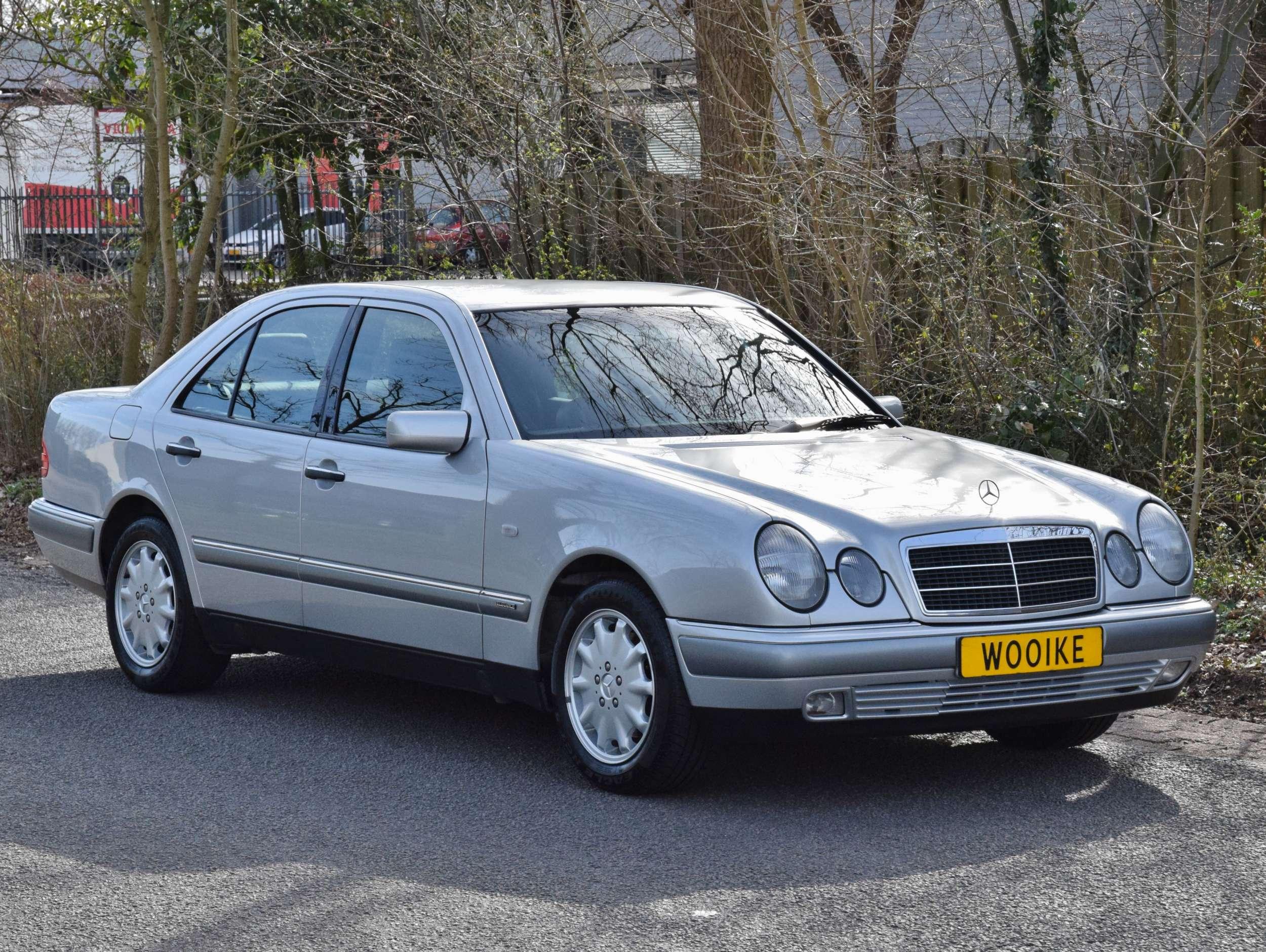 Mercedes E320 37